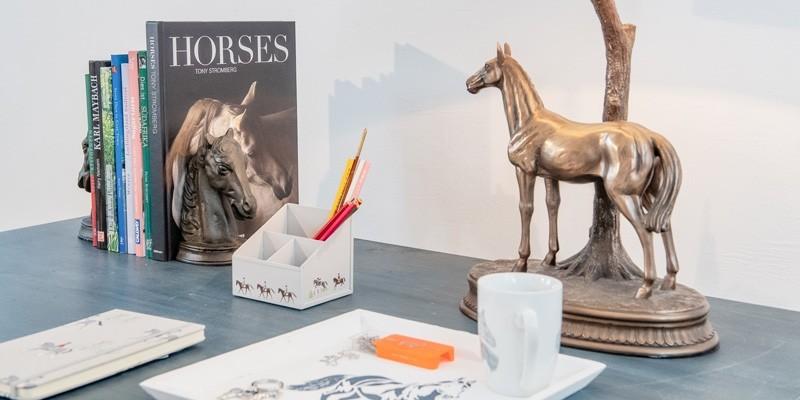 Pokale Pferdeturniere, Plaketten mit Pferdemotiven und Pferdestatuen